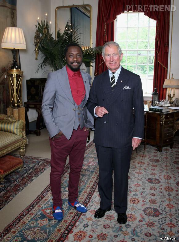 Le meilleur du Prince Charles :  Sobre et élégant en costume marine, il pose la côté de Will I Am. Classe !