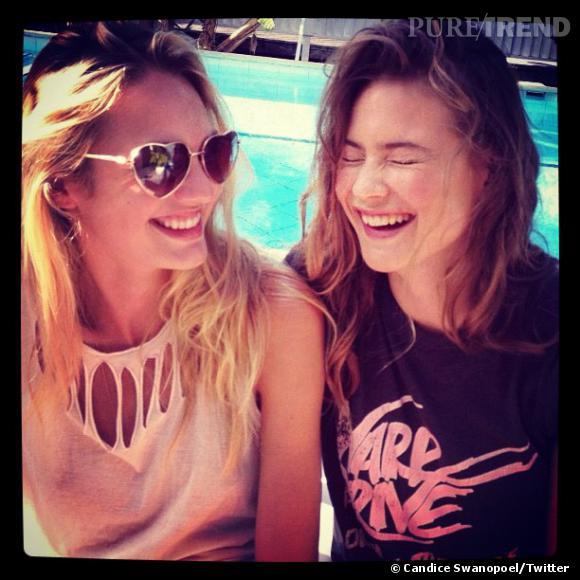 Candice Swanepoel et Behati Prinsloo se marrent à la piscine.