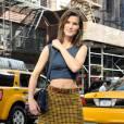 C'est qui ?    Hanneli Mustaparta, mannequin et blogueuse.       Son look :    Un top Calvin Klein et une jupe à carreaux.