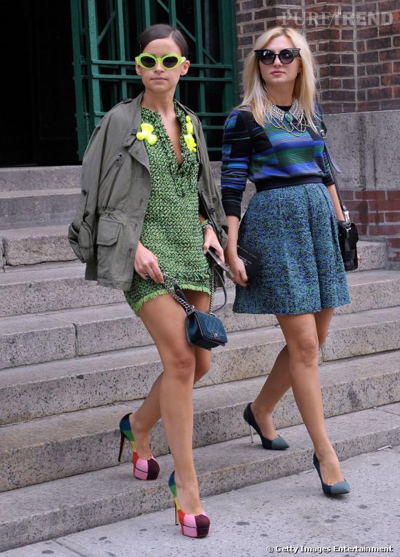 """C'est qui ? A gauche, Miroslava Duma, styliste.  Son look : Une robe en tweed vert, une parka militaire et un sac """"Boy"""" de Chanel en jean."""