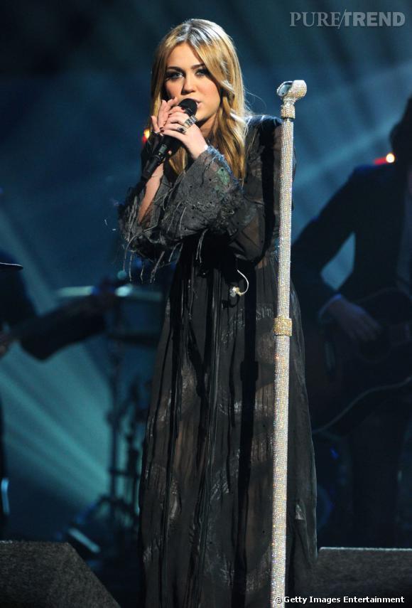Le flop robe noire : on ne comprendra jamais pourquoi Miley a choisi cette robe qui, à première vue, a tout d'une guenille !
