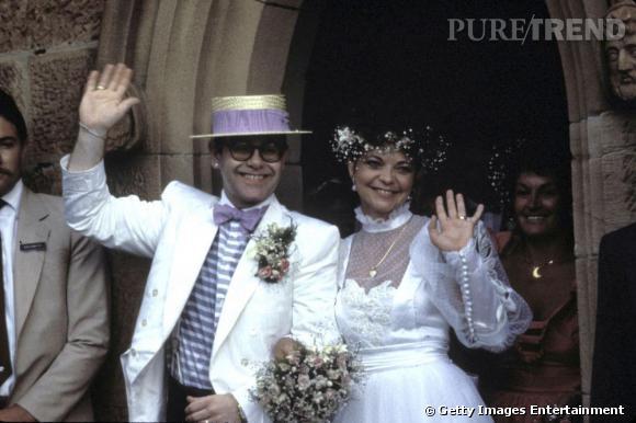 Elton John marié à une femme ? Oui, à l'époque il préférait cacher sa sexualité. Mais vu la tenue de son mariage, on avait des petits doutes.