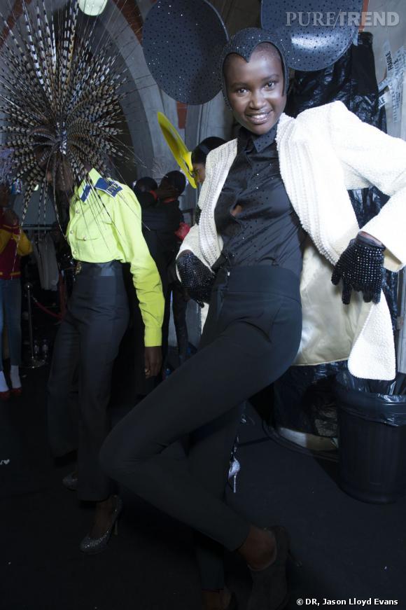 Dans les coulisses du défilé Philip Treacy X Swarovski à Londres. Ataui porte un chapeau et des gants incrustés de cristaux inspirés de Minnie, une veste en laine couleur crème recouverte de perles vermicelles blanches, de faux revers en perles et de brassards brodés de cristaux Swarovski noirs. Michael Jackson a porté cette veste alors qu'il escortait Madonna à la 63e cérémonie annuelle des Oscars en 1991.