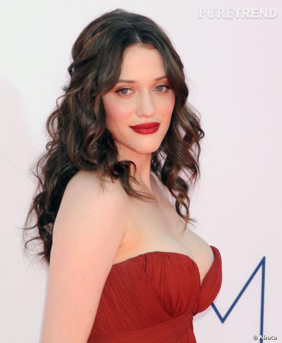 Kat Dennings se fait elle romantique avec une chevelure bouclée accessoirisée d'un hairband bijou et une bouche carmin, assortie à sa robe.