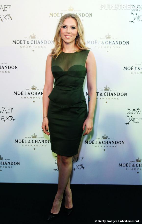 Scarlett Johansson ose le vert émeraude avec une robe Emilio Pucci.