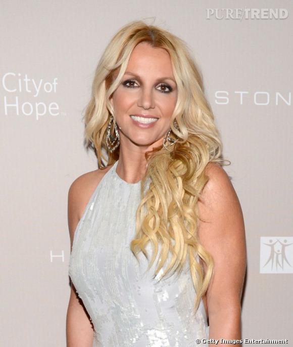 Finies les robes courtes et les couleurs vives ! Britney Spears revient aux valeurs sûres...