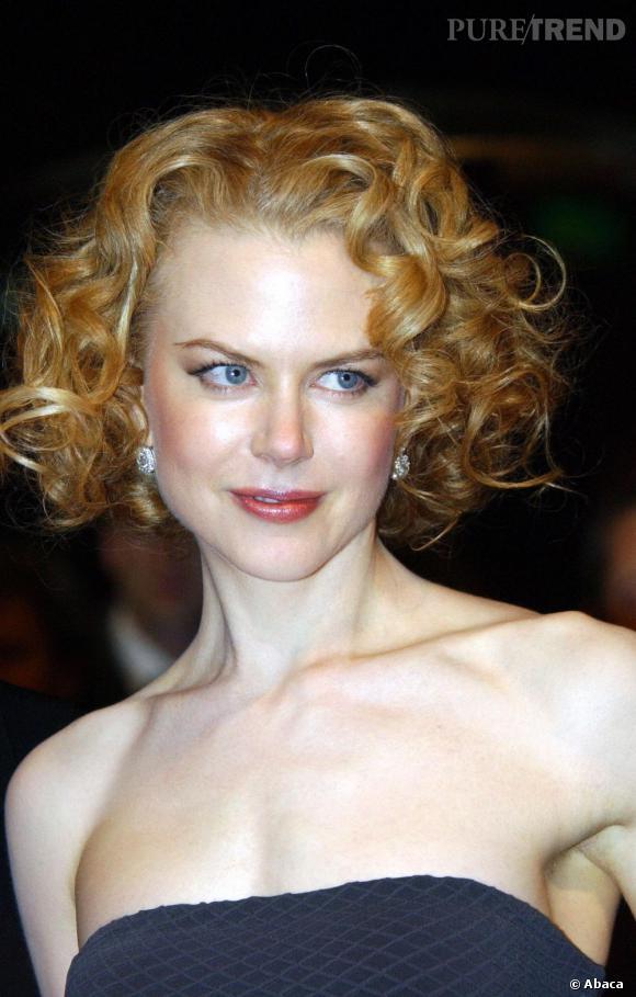 2003 : Avec son carré court et frisé, Nicole Kidman met les bouclettes à l'honneur et se fait une allure des plus élégantes.