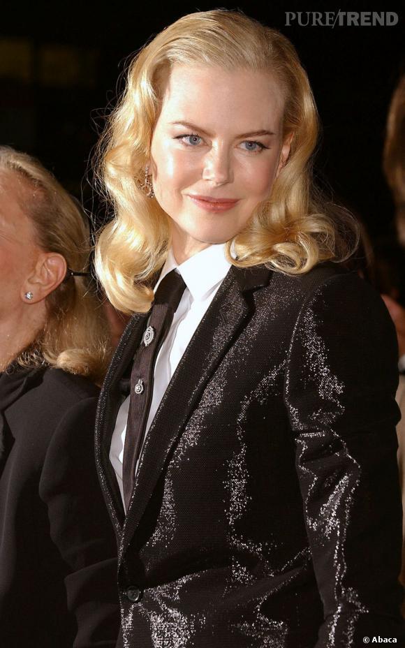 2003 : L'actrice s'essaye au style masculin-féminin et donne une touche rétro à sa coiffure avec une raie sur le côté et des boucles.