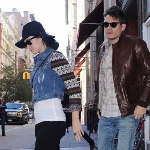 Les deux chanteurs tentent de se la jouer incognito à la sortie d'un restaurant à New York.