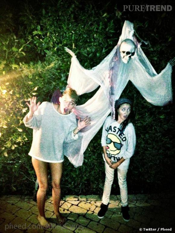 Miley Cyrus a partagé une photo de ses décorations d'Halloween. On ne pensait pas que le fantôme l'effrayerait au point d'en perdre son pantalon !