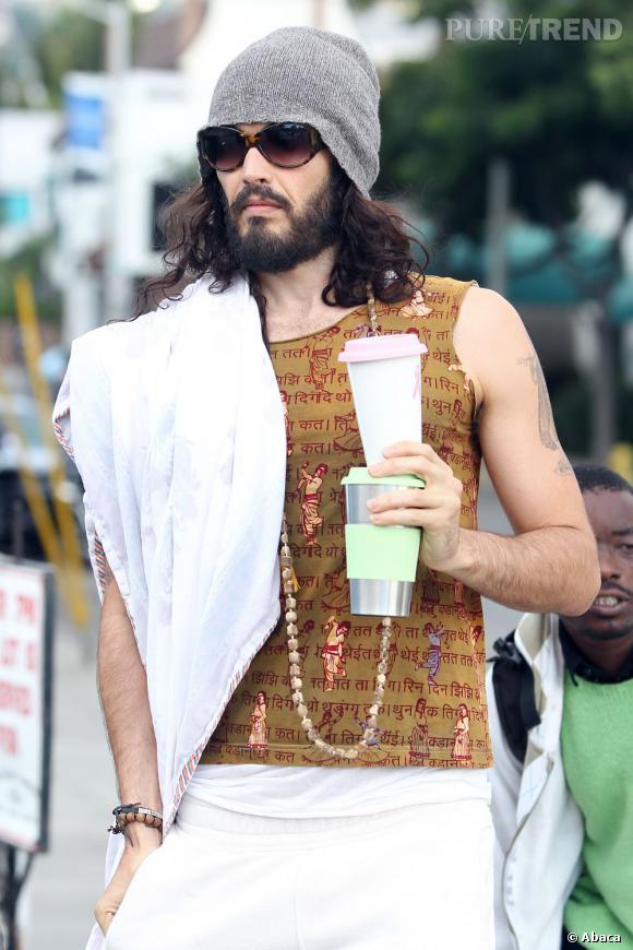 Russell Brand est complètement dingue de yoga et cherche toujours les tenues les plus improbables.