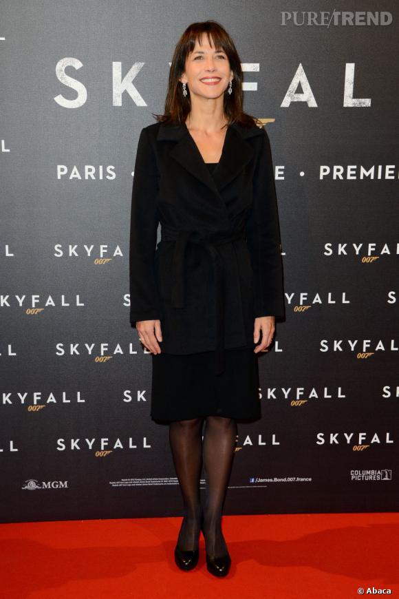 L'actrice mise sur une valeur sûre, la petite robe noire. Elle est en plus synonyme de sophistication et d'élégance.