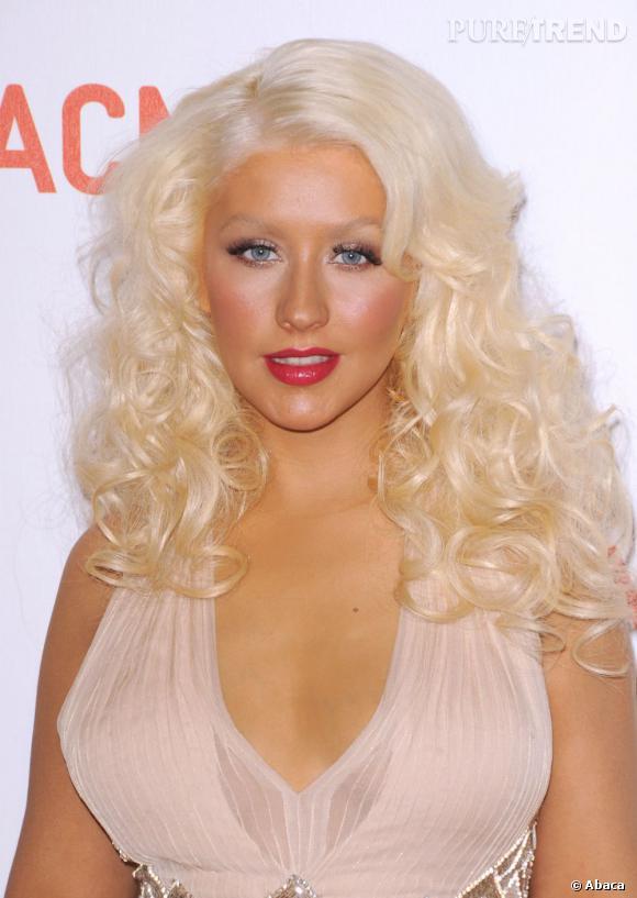 S'agit-il de la vraie Christina Aguilera ou de sa statue de cire ? Hélas, sous le fond de teint et la chevelure plus blond peroxydé tu meurs, c'est bien la vraie jury de The Voice.