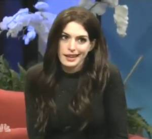 Anne Hathaway imite Katie Holmes pour SNL.