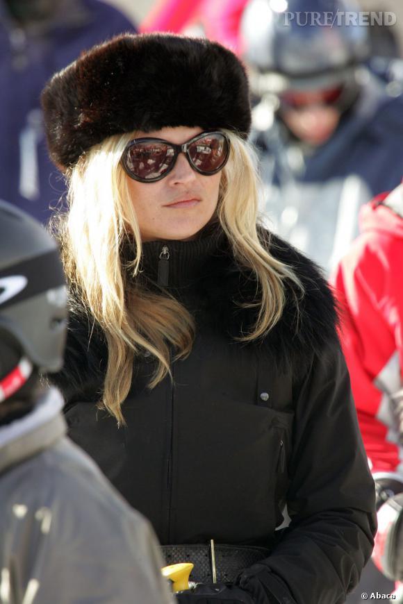 Kate Moss mise sur une chapka pour descendre les pistes de ski. Un petit côté James Bond Girl...