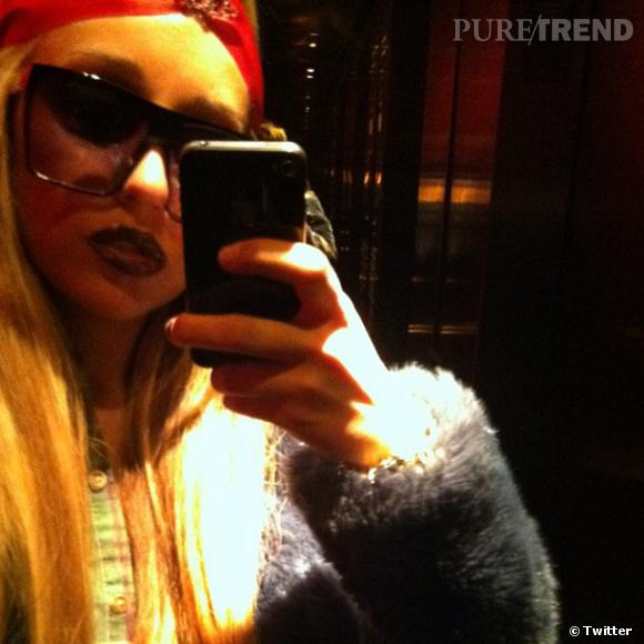 La star adopte la mode du turban...