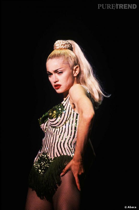 Madonna lors de sa tournée Blonde Ambition Tour en 1990, habillée par Jean Paul Gaultier.