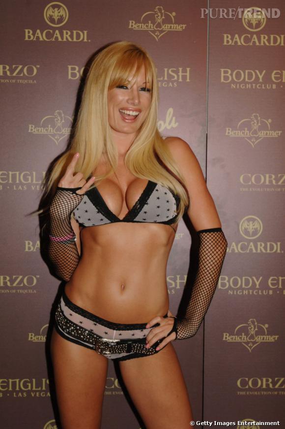 Egalement girlfriend d'Hugh entre 2002 et 2004, Lana Kinnear prend la pose en lingerie.