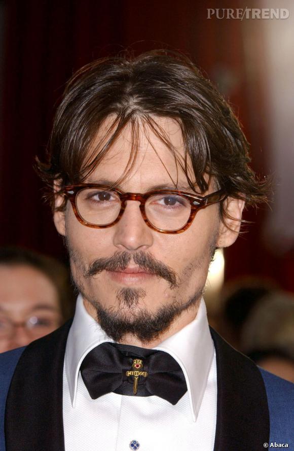 Johnny Depp n'est pas un suiveur. Le noeud papillon, il le porte décoré d'une croix. Spirituel.
