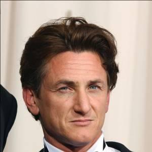 Sean Penn le bad boy affiche un col cassé surmonté d'un noeud'pap. On dit oui mais seulement sur Sean. Trop classique sinon.
