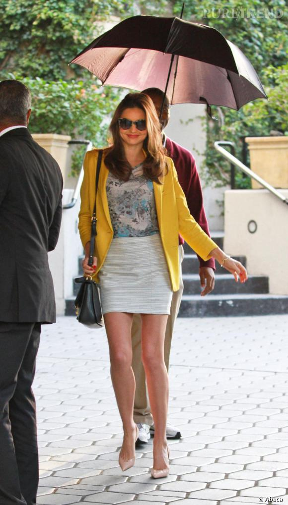 On craque sur son blazer jaune Stella McCartney et sur son top Erdem.