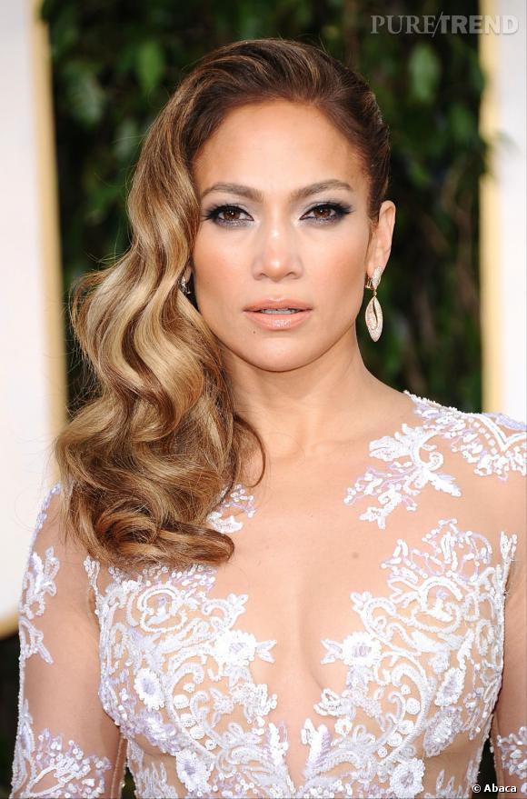 Les coiffures des Golden Globes 2013 : Jennifer Lopez était elle aussi de la partie avec un side-hair bouclé d'inspiration 50's.