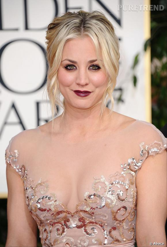 Aux Golden Globes 2013, Kaley Cuoco a eu la mauvaise idée de mixer maquillage dark et look romantique. C'est un flop. Dommage, son chignon n'était pas trop mal.
