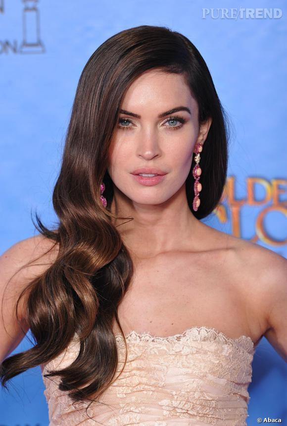 Megan Fox aux Golden Globes 2013 : La jeune maman a dégainé le side-hair sur le tapis rouge.