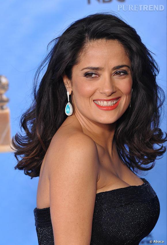 Les coiffures des Golden Globes 2013 : Salma Hayek n'aura pas franchement brillé avec son brushing un brin décoiffé.