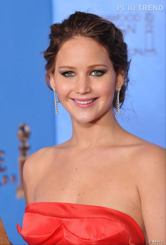 Jennifer Lawrence aux Golden Globes 2013 : L'actrice a remporté le prix de la Meilleure actrice dans une comédie, coiffée d'un chignon un brin flou.