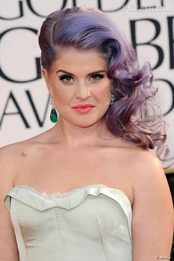 Les coiffures des Golden Globes 2013 : Kelly Osbourne ne lâche plus sa chevelure mauve bizarrement ondulée. Elle devrait.