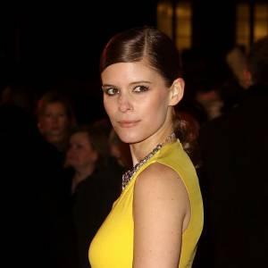Kate Mara réchauffe les températures hivernales dans une robe jaune.