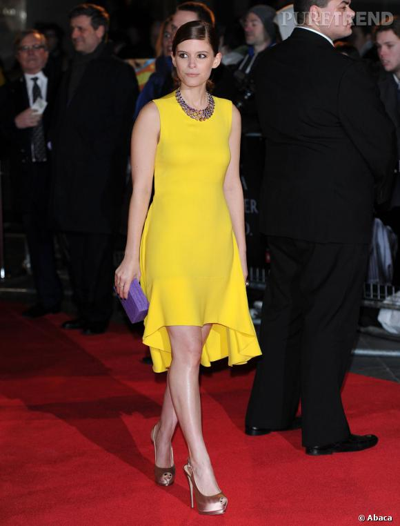 Kate Mara habille son look de quelques accessoires joliment féminins.