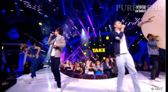 """Louis Tomlinson des One Direction saute partout et fait une mauvaise rencontre avec un énorme ballon lors de la chanson """"Kiss You""""."""