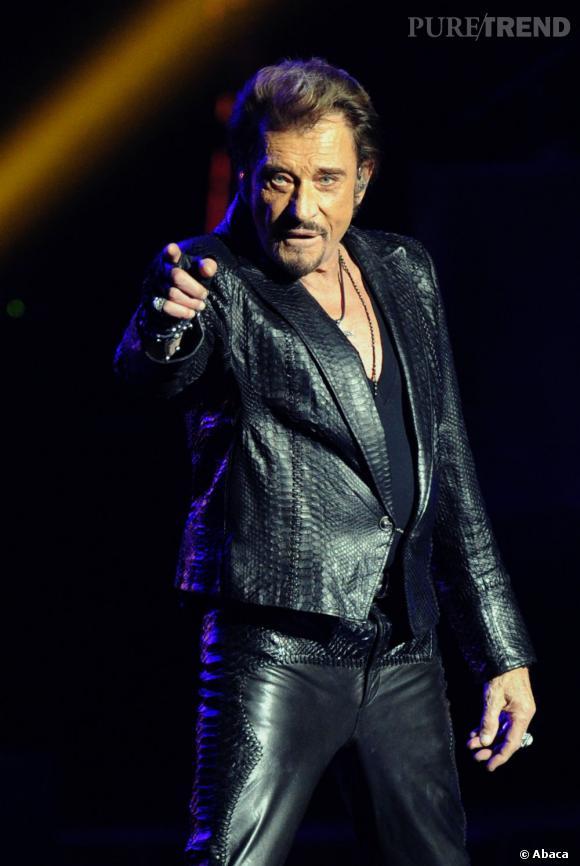"""Johnny Hallyday fait son grand retour. Il interprète """"Quoi ma gueule"""" et se laissant emporté par les paroles de la chanson, il aurait fait un doigt d'honneur."""