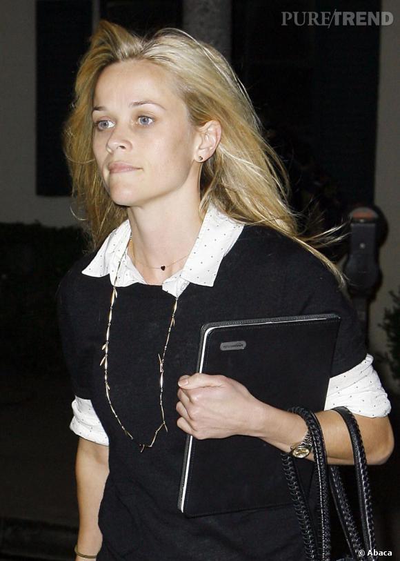 Reese Witherspoon a une peau parfaite et des grands yeux qui suffisent à son charme.