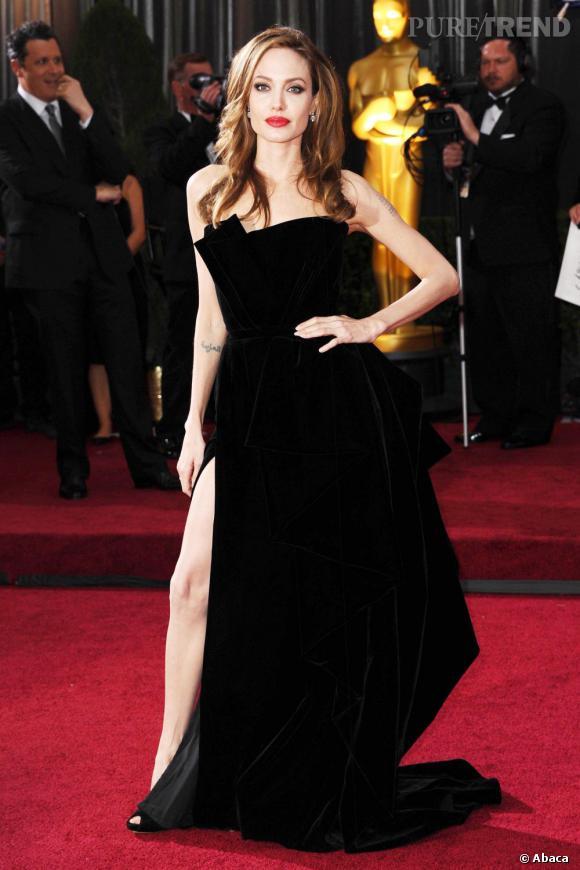 Angelina Jolie et sa célèbre jambe droite aux Oscars 2012.