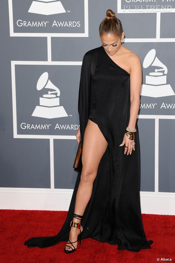 Au diable les restrictions vestimentaires de CBS, Jennifer Lopez ose le fendu en robe Anthony Vaccarello.