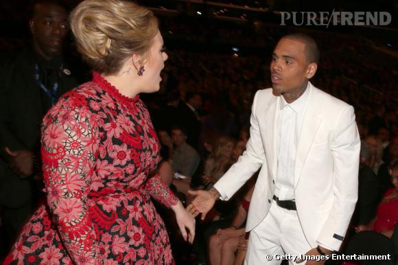 Mais que dit Adele à Chris Brown ? Mystère, mais le chanteur ne paraît pas très à l'aise.