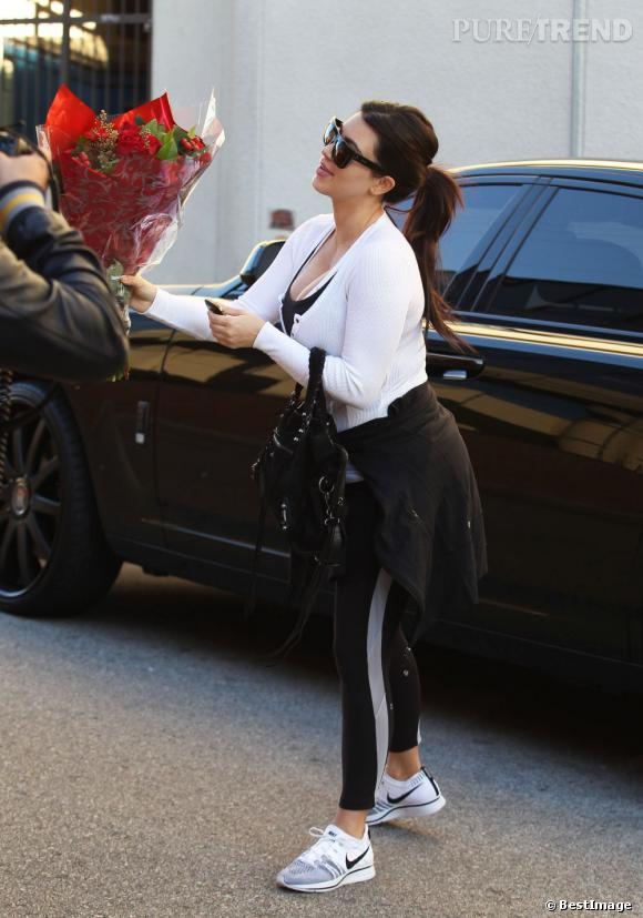 Kim Kardashian a eu un beau cadeau de Saint Valentin... Un paparazzi lui a offert un bouquet de roses !