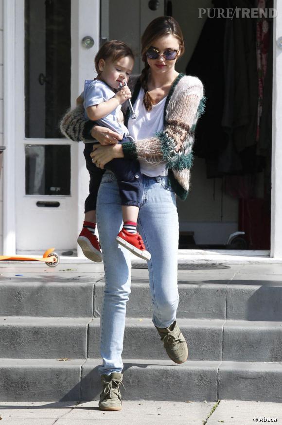 Miranda Kerr affiche un look confort stylisé par quelques détails à commencer par ses lunettes de soleil écaillées.