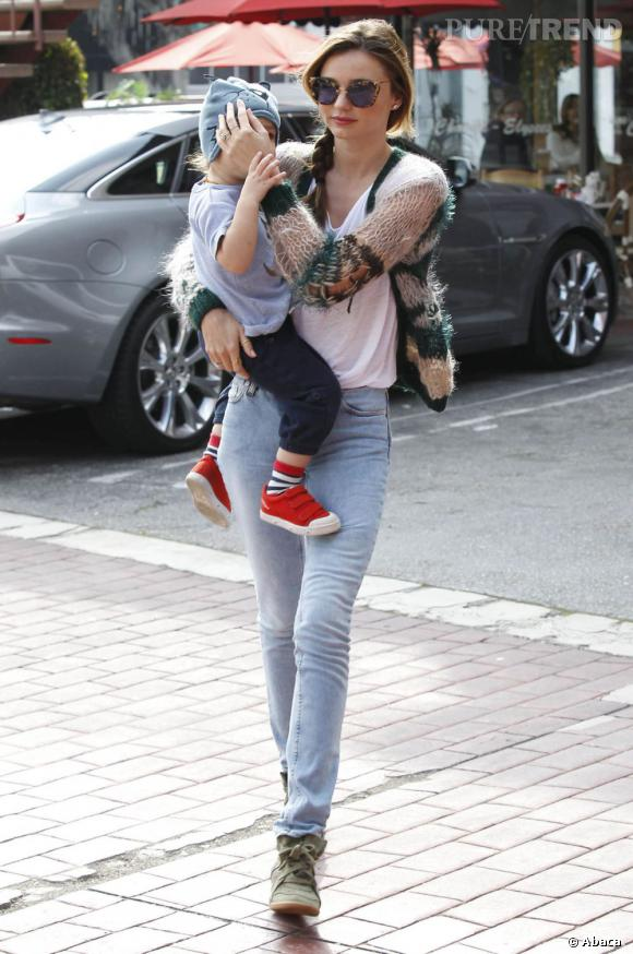 Miranda Kerr avec son bébé dans les rues de Los Angeles lundi 18 février.