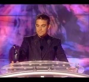 """2000 : Robbie Williams qui affiche Oasis au cours de la cérémonie. Alors qu'il vient récupérer son prix du meilleur single, il répond à Liam Gallagher qui l'appelle """"le gros danceur des Take That"""" en disant """"Alors, quelqu'un voudrait me voir frapper Liam ? Pourriez vous payer pour venir voir ça ? Liam, 100 000 balles de ta poche, 100 000 balles de la mienne. On trouver un ring et on s'affronte en direct à la télé, qu'est-ce que tu en penses ?"""" (à partir de 3:28)"""