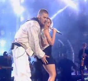 2003 : Avant même que Justin Timberlake ne soit l'un des acteurs du Nipplegate au Super Bowl, il avait déjà les mains baladeuses. Invité à se produire en duo avec Kylie Minogue sur une reprise de Rapture de Blondie, le chanteur se permet purement et simplement de mettre des mains aux fesses de la chanteuse.
