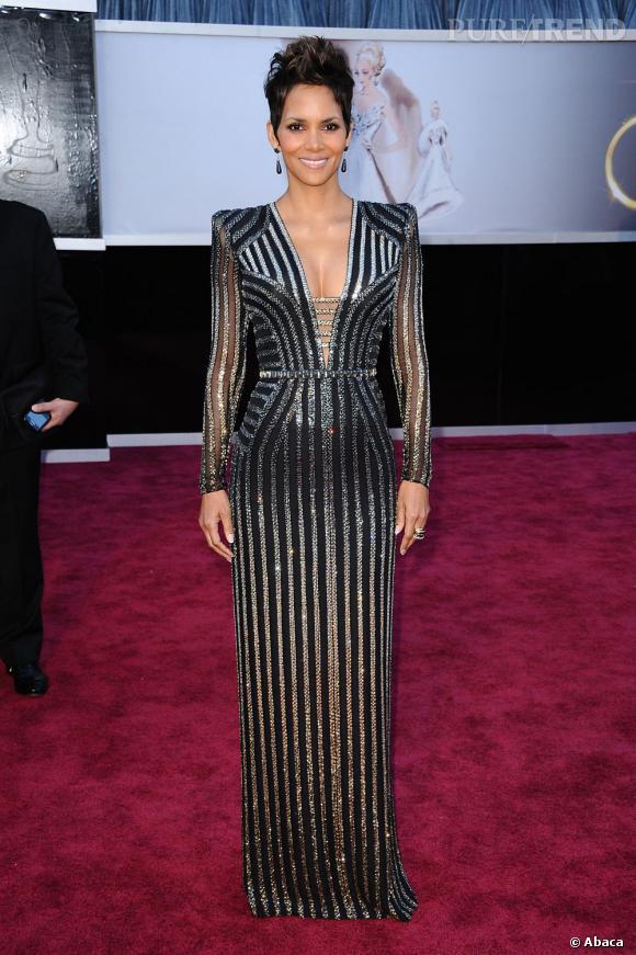 Halle Berry aux Oscars 2013 en Versace.