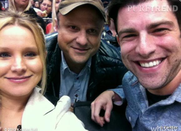 """Jolies retrouvailles pour Kristen Bell ! Lors d'un match de hockey sur glace, elle tombe sur Enrico Colantoni et Max Greenfield, ses partenaires dans """"Veronica Mars"""" !"""