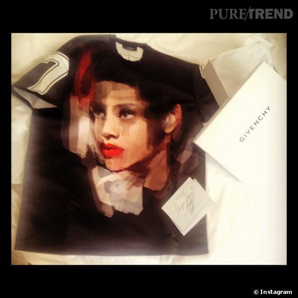 Rihanna partage avec plaisir le cadeau que la marque Givenchy lui a offert : un t-shirt décoré de son visage peint.