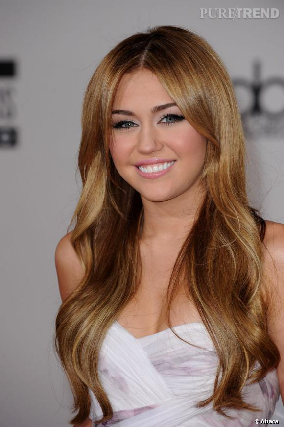 miley cyrus passe un blond miel glossy souhait coiff dun brushing wavy - Coloration Blond Miel