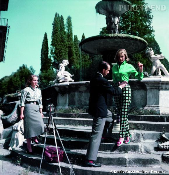 Emilio Pucci prépare un mannequin pour une séance photo dans le jardin Boboli de Florence.