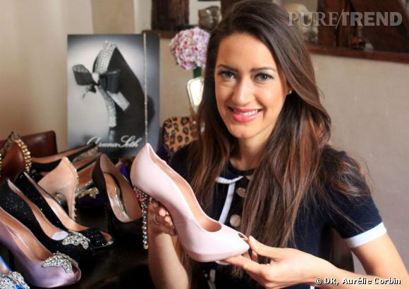 Aruna Seth présente sa collection de chaussures lors d'un passage à Paris, place des Vosges.